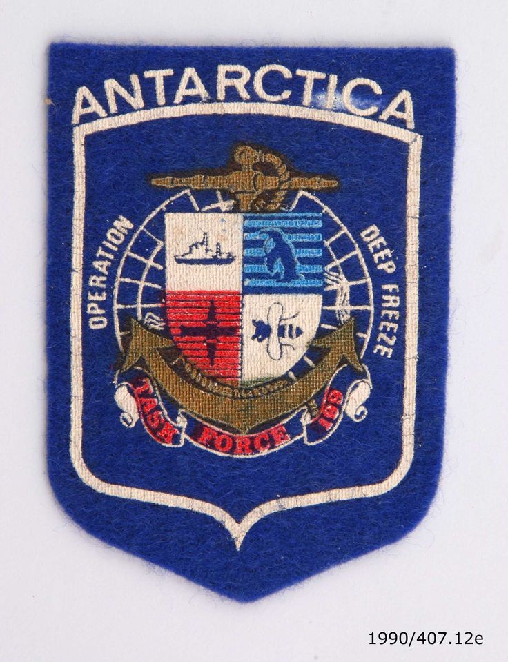 Blue felt badge for the United States Antarctic Operation Deep Freeze, 1985. From the collection of the Air Force Museum of New Zealand.