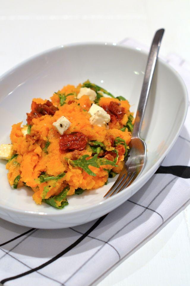 zoete aardappelstamppot, met zongedroogde tomaatjes, rucola en feta