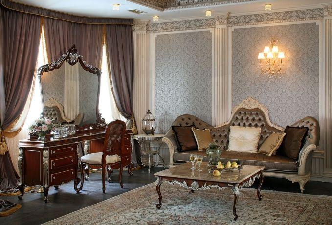 Стены хозяйской спальни декорированы колоннами из гипсокартона.