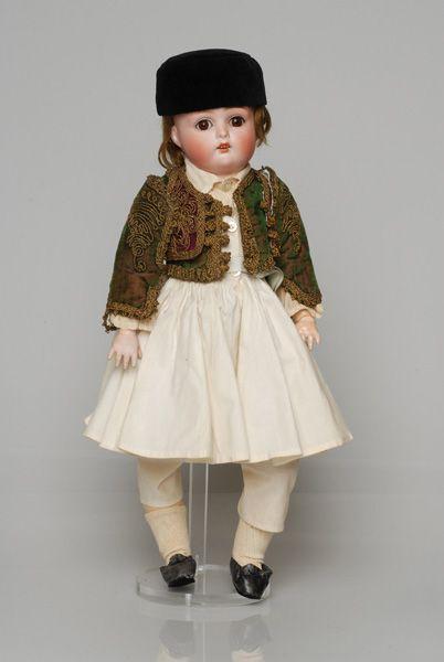 Πορσελάνινη κούκλα από τη συλλογή της βασίλισσας Όλγας ντυμένη με ανδρικό τύπο φορεσιάς φουστανελά