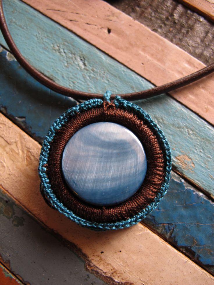 PRECIO: 12€. Gargantilla de cuero y ganchillo. Piedra nácar azulado. Color de hilo a elegir, entre marrón, negro y cámel.  Diámetro : 4 cm. Hecha a mano.