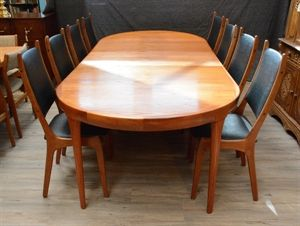 An Expandable Vintage Teak Dining Table With 3 Leaves