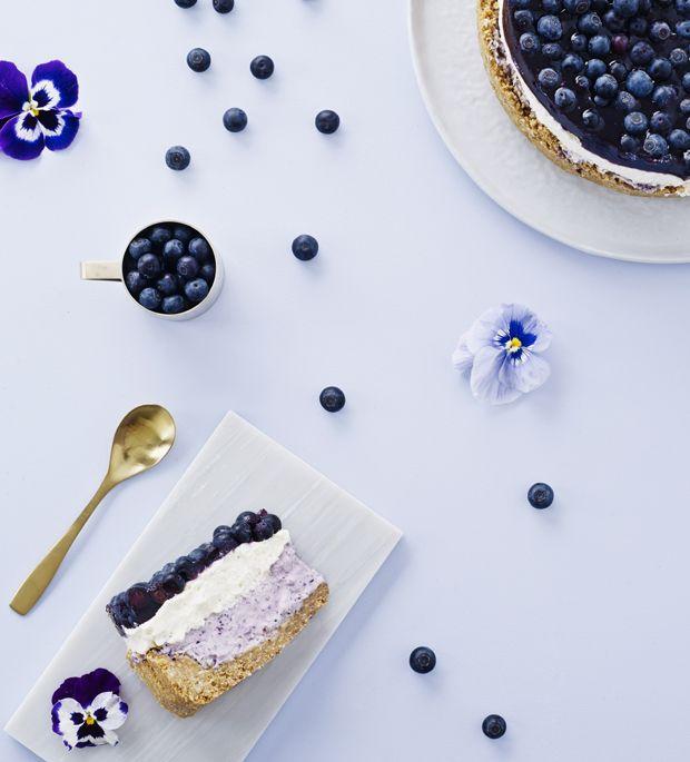 Den her cheesecake har både en sød, luftig blåbær-creme, friske blåbær på toppen og den helt rigtige cheesecake-smag.