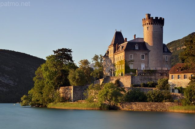 Le château de Duingt au bord du lac d'Annecy