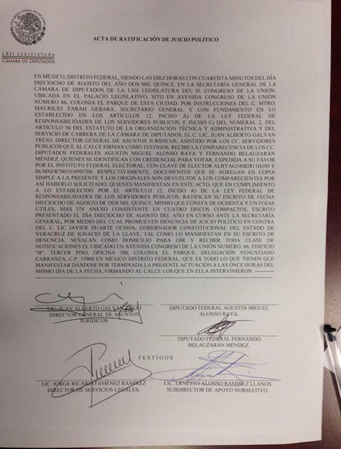 Legisladores perredistas entregaron el documento donde solicitan juicio político para Javier Duarte. Foto: Twitter @AbogadoWinckler