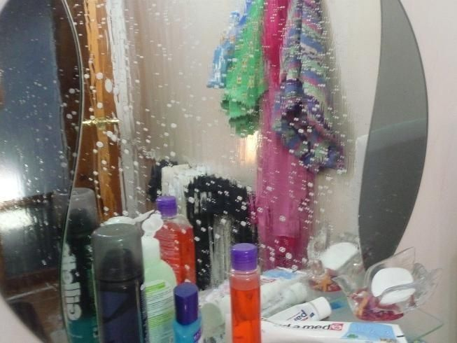 Чтобы зеркало в ванной не запотевало, протрите его кремом для бритья, после чего удалите крем мягкой тканью.