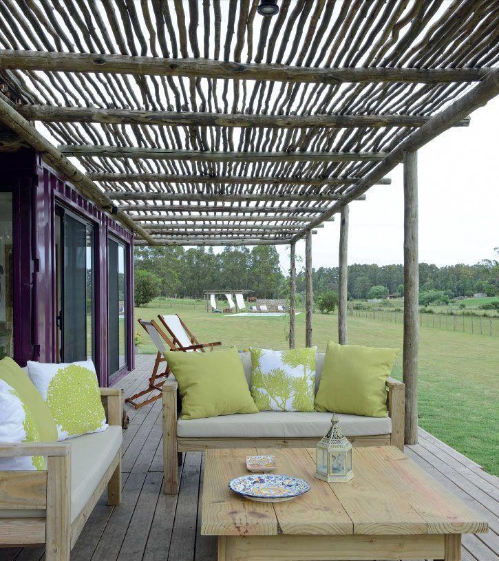 Bajo La Pergola De Troncos Un Par De Camastros Y Una Mesa De Pino Tratado Generan Un Espacio De Descanso Para Di Pergola Outdoor Furniture Sets Outdoor Living