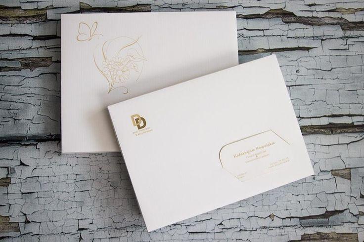 Pudełka na zdjęcia - 15 x 21 cm, wykonane z ozdobnego papieru o fakturze płótna, kolor biały. Do samodzielnego złożenia. cena: 2,5 zł za czyste pudełko z nacięciem lub bez na wizytówkę (zamówienia już od 1 szt.) cena: 3 zł za pudełko z własnym logo lub ozdobnikiem (wygrawerowanym) - minimum zamówienia to 10 szt. Wykonujemy również wizytówki grawerowane w papierze pasujące to pudełka. Dostępne kolory: biały (płótno), bordowy i granatowy (o fakturze skóry). www.dex-druk.pl