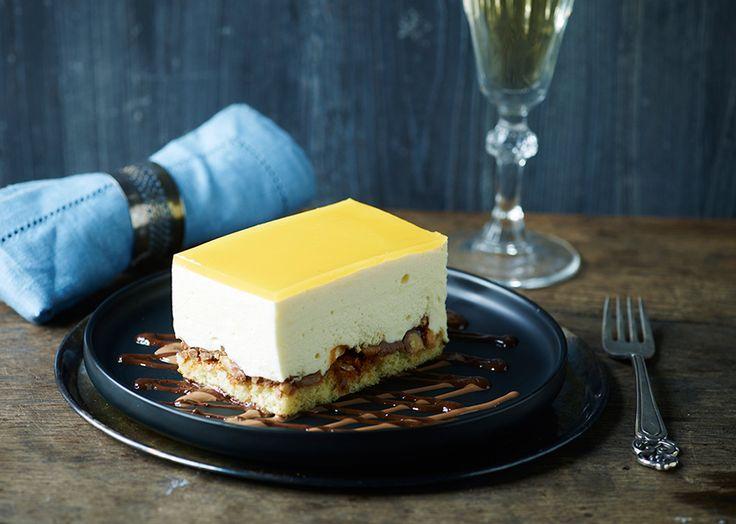 Hvid chokolademousse på marcipan-nougatcrunch bund med appelsin-passionsgele