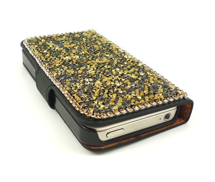 Μια συλλογή για τις φίλες μας που θέλουν να είναι λαμπερές και το ίδιο και το iPhone τους. Σε σχέδιο πορτοφολιού για να απόλυτη προστασία του iPhone σας αλλά και πρακτικότητα.