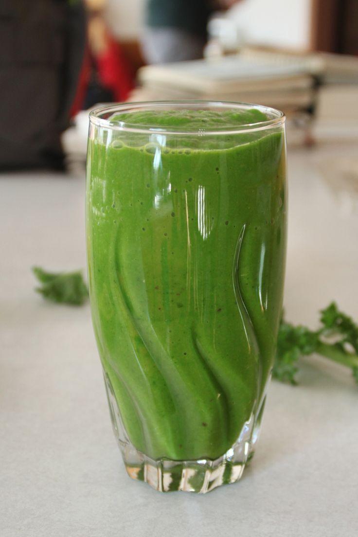 Gezond goedje, die avocado. En naast dat hij veel goede voedingsstoffen bevat, helpt een avocado je smoothie heerlijk romig te maken. Hij wordt lekker fris door de kiwi en het kokoswater. Gember heeft veel eigenschappen die je lichaam een boost geven; het werkt genezend, vochtafdrijvend, is goed voor je stoelgang, en zo kunnen we nog wel even doorgaan. Naast al dit, is deze smoothie vooral gewoon een lekkere dorstlesser voor tussendoor.