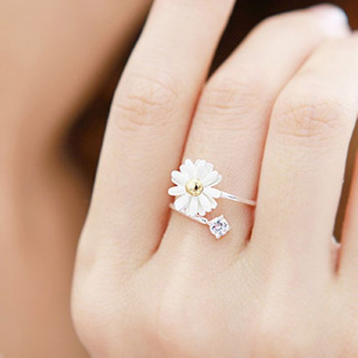Little daisy flowers alloy and diamond ring. Too cute for my soul.