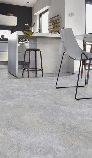 Grijze pvc klik laminaat tegels. Grijze pvc tegels hebben de looks van een stoere betonvloer, maar voelen een stuk prettiger aan je blote voeten. Mooi te combineren met een industriële woonstijl. #grijs #tegels #pvc #vloer #klik #keuken #badkamer #lichtgrijze