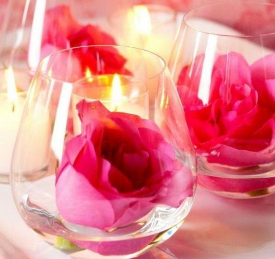 Whiskey Gläser mit Rosenblüten als Tischdeko für Hochzeit