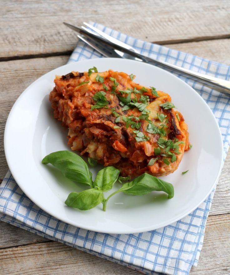 God mandag! Dagens kjøttfri middagsrett er en variant av vegetarlasagne. Min oppskrift idag består av smakfull tomatsaus med ulike grønnsaker, men det er og vanlig å bruke kikerter, bønner eller linser som proteinkilde framfor kjøtt. Eg stilte meg mange spørsmål underveis korleis sluttresultatet ville bli og om eg ville bli mett på en grønnsaksrett, men …