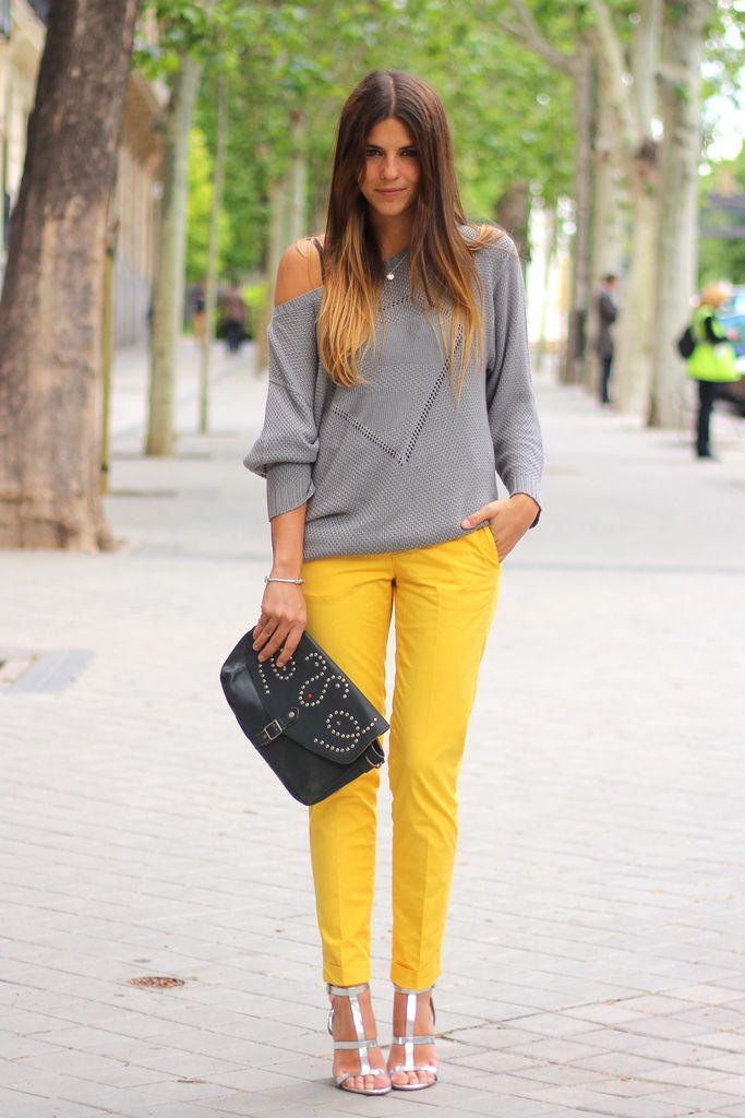 trendy_taste-street_style-outfit-look-grey_sweater-yellow_pants-hakei_bag-pandora-zara-silver_sandals-sandalias_plateadas-pantalones_amarillos-8
