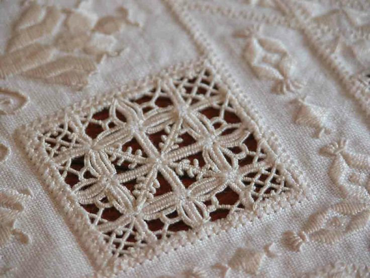 Hardander, Drawn Thread, Whitework Sampler - she has photos of the sampler plus a history of needlework at the bottom of the post - Fils et Aiguilles... une Passion Blog's Post: RETICELLO - PUNTO ANTICO - Giuliana Buonpadre (2/5) (site in both French and English)
