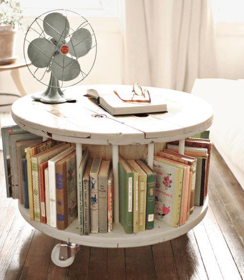 bobine en bois transformée en bibliothèque à roulettes