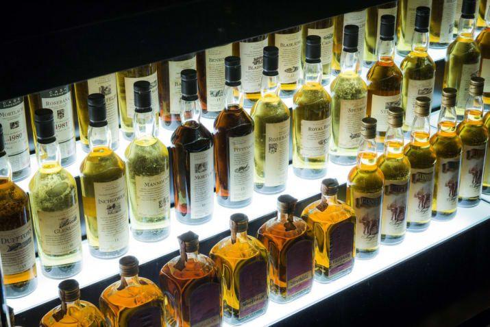 """""""Los whiskies de tierras bajas son de carácter más ligero, con notas cítricas, herbosas"""", dice Trevisan-Hunter.  """"Speyside whisky tiene esta característica de la fruta que es muy distinto: Los más ligeros tienen notas de manzana o pera.  Entonces usted va al extremo pesado del espectro con los whiskys como el Macallan y usted consigue realmente ricos, frutas de Christmassy como ciruelos, cerezas, y grosellas.  El whisky de Islay tiene un sabor ahumado y turba. """"Pruebe muchas maltas de…"""