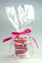 Envie d'originalité ? Craquez pour nos petits seaux à champagne et glissez-y vos dragées ! Emballés dans un sachet cadeau transparent et fermés par un somptueux nœud en satin, ils feront sensation auprès de vos invités ! http://www.mariage.fr/seaux-a-champagne-pvc-transparent-contenant-dragees.html