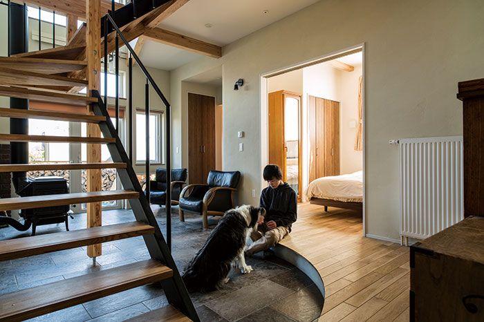 北海道大学からほど近い住宅街に新築されたKさん宅。ご夫妻と中学生のお子さん、そして犬と猫が1匹ずつという家族構成です。 主寝室や水まわりなどがある1階は、なんと面積の半分が土間空間。犬がストレスなく動き回れて、一角には薪ストーブやソファも置かれています。「こんな感じで、犬とのんびり過ごせるスペースがほしかったんです」と語るKさんご夫妻は、もう何年も理想の家を思い描いてきたのだとか。 三五工務店では、その理想を丹念に聞き取り、一つひとつのカタチに磨きをかけました。「最初は直線的なプランだった土間も、私たちの要望で曲線を活かした空間にしてもらいました。それに合わせて、壁の角を曲面にする提案もいただいて」。住まい手と造り手の双方がアイディアを持ち寄りながらの家づくりは、「本当に楽しかった」と奥さんは振り返ります。…
