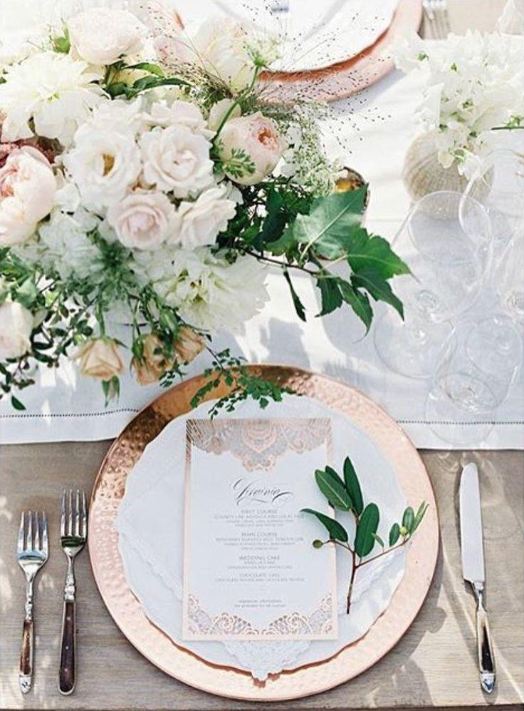 Sousplat metalizado rosê - decoração clara  Rose gold wedding tablescape details