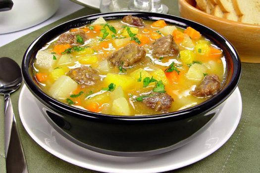 Uma boa sopa cremosa de legumes é tudo o que queremos às vezes, não é mesmo? A receita é simples e fácil, então não deixe de experimentar esta delícia!