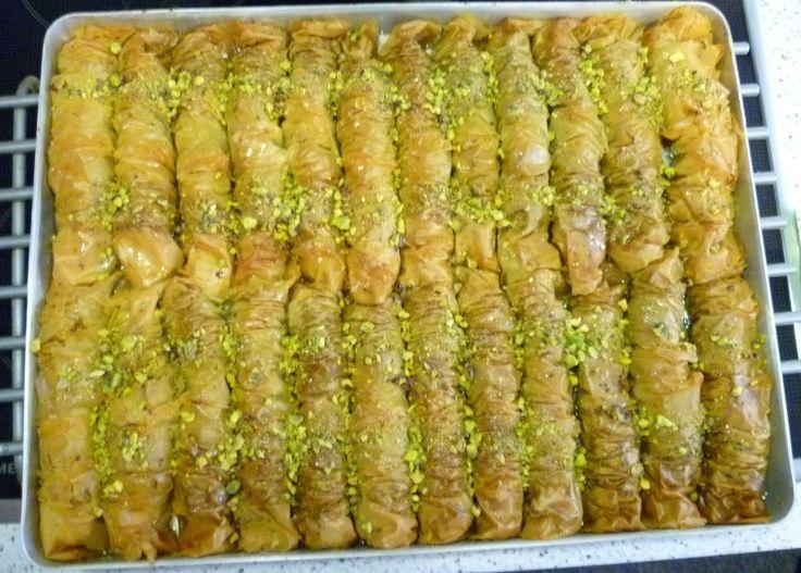 Gerollte Baklava - AhmetKocht - Folge 31 Gerollte Baklava ist ein Gebäck aus Blätter- bzw. Filoteig, gefüllt mit gehackten Walnüssen, Mandeln ...