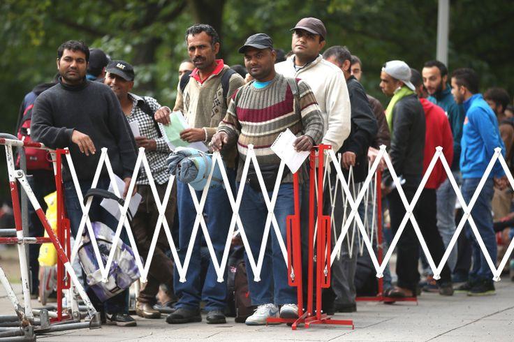 Migrants Seeking Asylum Arrive In Berlin -  Deutschland hat das dümmste Einwanderungsgesetz überhaupt  Wir steuern kaum, wer bleiben kann und wer nicht. Vorrang müssen gut Ausgebildete haben und jene, die eine Bereitschaft zur Integration mitbringen. Sonst wiederholen wir einen entscheidenden Fehler. http://www.welt.de/debatte/kommentare/article146042330/Deutschland-hat-das-duemmste-Einwanderungsgesetz-ueberhaupt.html