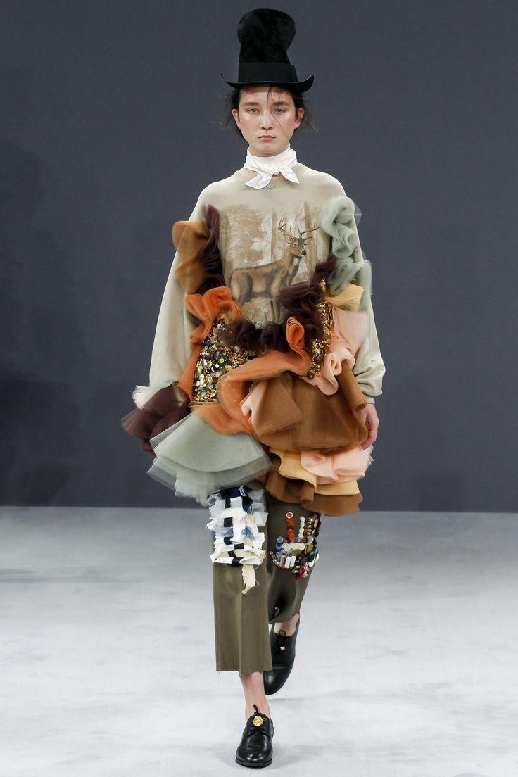 Viktor & Rolf Fall 2016 Couture Fashion Show - Alena Nurgaleeva Tulle repechage plus Herten die in Nederland veel te veel grazen look10