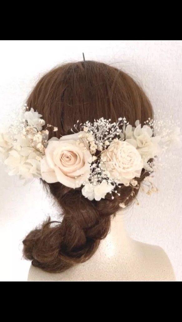 プリザーブドフラワーの大きな薔薇とアジサイとかすみ草、ドライフラワーのソラフラワーの髪飾り14点セットです。全体的にアンティークホワイトな色合いの髪飾りです♡(真っ白の薔薇、もっとアンティークなクラシックピンクの薔薇などでもお作りできます!)ボリュームたっぷり、大きい薔薇がアクセントになり花嫁様のヘアアレンジがこちらだけで充分できます。それぞれパーツが分かれており、いろんなヘアスタイルがが楽しめます(*^^*)薔薇はヘアセットの時に、指でそっと花びらを広げてください。配送時に花びらが傷つく恐れがありますので、花びらを広げずお送りしております。*只今アンティークドライかすみ草が、新物をドライにしており画像よりも茎などが緑色になっておりますm(…