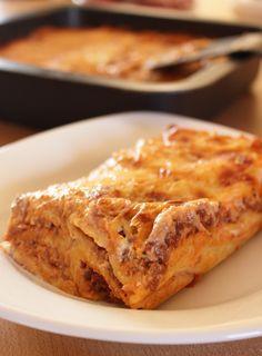 Un classique de la cuisine italienne : les cannelloni à la bolognaise. En route pour préparer une sauce bolognaise et une béchamel....en moins de 45 minutes tout est prêt.
