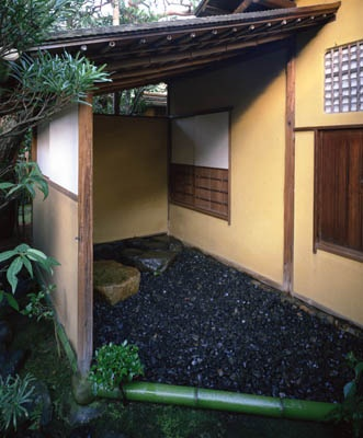[Omote senke] tea room: Hogobari tea room. [表千家不審菴]反古張りの席:反古張りの席 外観