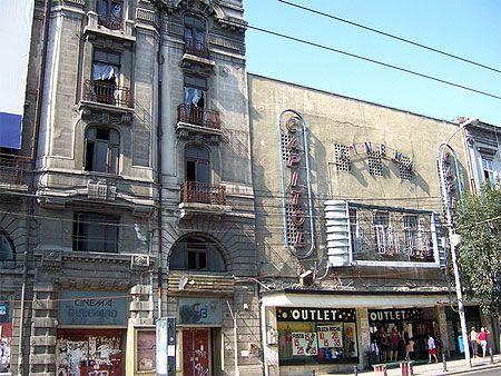 Bucarest- Centre ville © Benjamine Lavigerie Juillet 2007 Toujours sur le sentier de la Révolution, nous pouvons voir les façades où sont incrustées les impacts de balles.