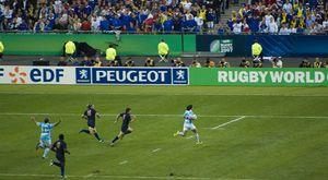 Éste es un juego de fútbol. Los hombres vestidos con los uniformes azules son de Argentina.