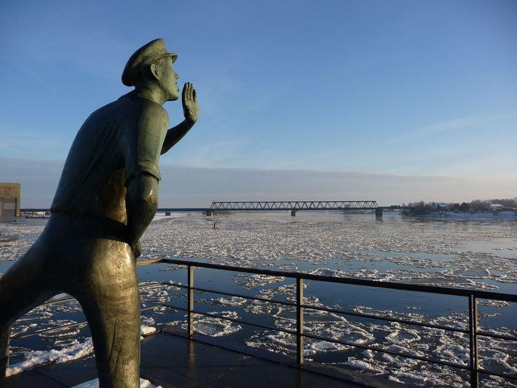 Kalte Füße für den Lauenburger Rufer beim Eisgang auf der Elbe.
