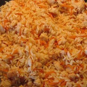 Тщательно и многократно под горячей водой промываем весь рис. Вода должна течь совершенно прозрачная. И когда же она стала прозрачной, как и горные реки, рис помещаем в миску с горячей водой отстаиваться и ждать своего часа.