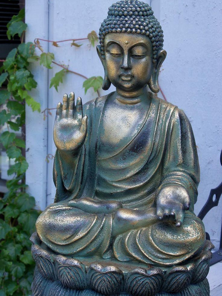 La estatua de un Buda sentado, con la mano derecha levantada y la palma hacia afuera y con la mano izquierda en la cadera y la palma hacia afuera simbolizan la paz y su establecimiento