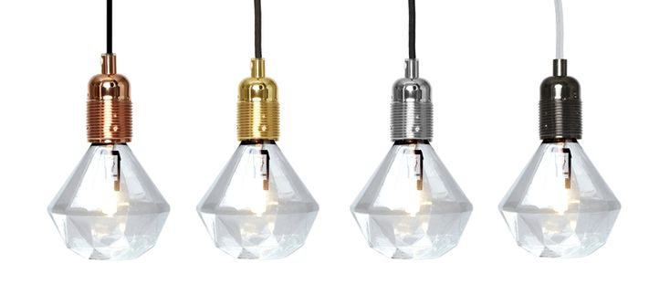 Eftir Eric  An industrial and straight forward looking bulb socket with a refined finish combined with the textile cord in graphic black fabrick. The Frama E27 is made for pendent purpose.   Material: Textile cord 3 m, black  Ljósastæði: brass, stál, kopar, dökkur kopar, svart króm,