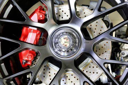 Showroom limitado: Banguecoque - 2 de abril: logotipo de Porsche na roda - dentro da exposição na 36a mostra de motor internacional de Banguecoque 2015 o 2 de abril de 2015 em Banguecoque Tailândia