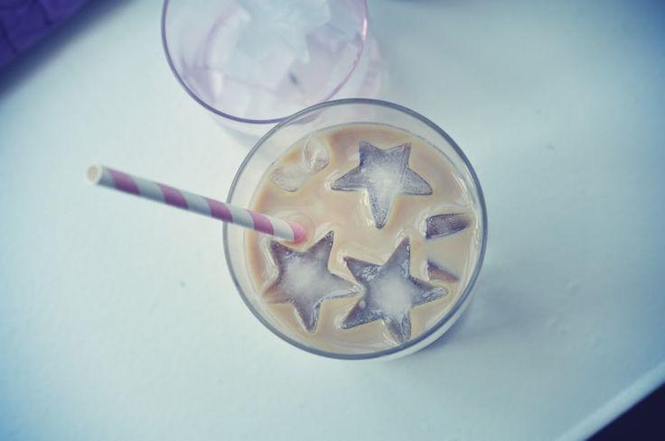 iskaffe | Emily Salomon                       125 g kaffepulver (god med intens smag) 2 liter koldt vand som hældes over kaffen og trækker 8-12 timer. Kan derefter blandes med mælk og foretrukkent sødemiddel.