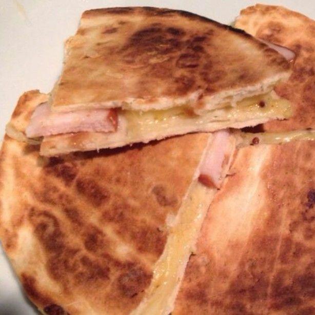 Een warme tortilla tosti met gerookte kip, kaas en honing/mosterd dressing. Echt ontzettend lekker en heel makkelijk te maken