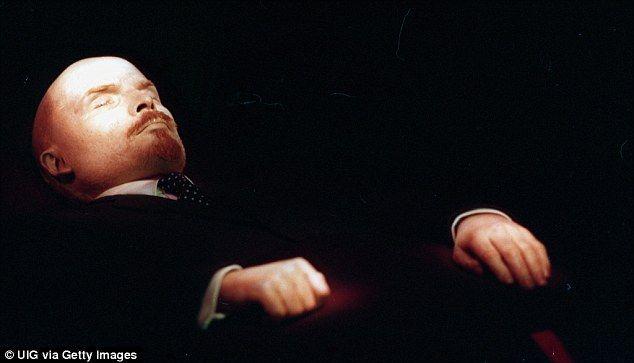 Lenins lichaam is gebalsemt en bewaard je kunt het lichaam nogsteeds gaan bekijken in rusland