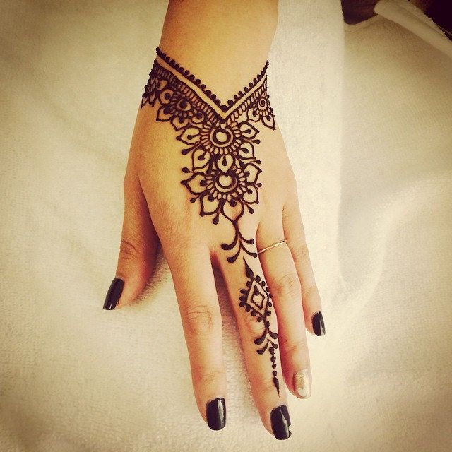 "super in love with the V shape. Maybe a wrist ""cuff"" pattern too?                                                                                                                                                Visit our web: http://inoabeauty.com/henna-mehndi-art-designs/"