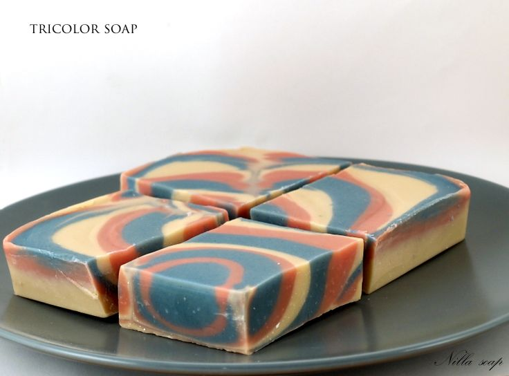 Soap made with column swirl technique. It was a real pleasure to use this soap because of its smell - vanilla and strawberry. yummy !