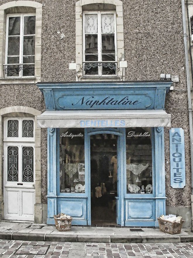 I wish I had this small shop. I would sell there my fashion or a little cafe and be happy