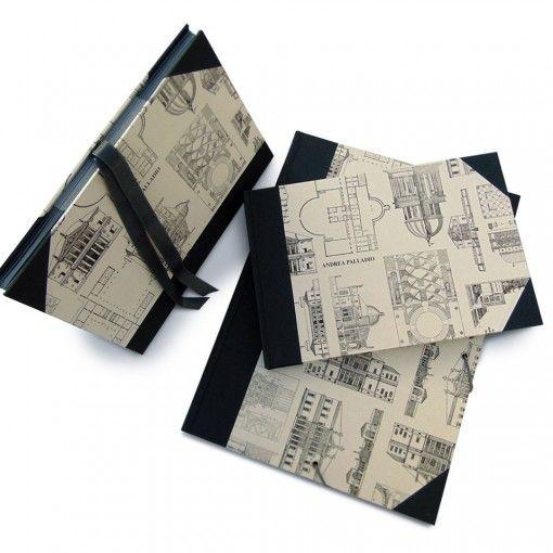 Pack básico con tres elementos forrados con tela de encuadernación color gris marengo y papel decorativo con dibujos arquitectónicos El libro de firmas contiene 64 hojas de papel liso color blanco de 120 grs, tamaño 25 x 17 cms La carpeta mide 23 x 32 cms y contiene anilla con dos aros. El fichero tiene un tamaño de 23, 5 x 17 de alto x 10 cms de base. Lleva doce sobres de cartulina color gris. Cierre con cinta de raso