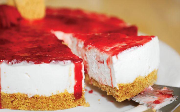 Υλικά (Για 8-10 άτομα) Για τη βάση: 250γρ. τριμμένα μπισκότα Digestive, 125γρ. βούτυρο λιωμένο. Για την κρέμα: 600γρ. τυρί κρέμα, 150γρ. ζάχαρη άχνη (200γρ. αν το θέλουμε πιο γλυκό), 300γρ. ... Read More