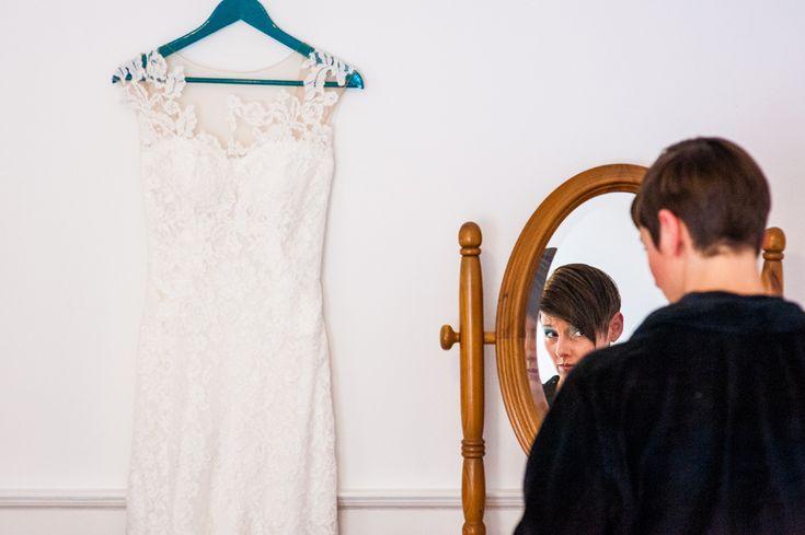Bruid en haar jurk kant spiegel bruidsfotografie trouwfoto