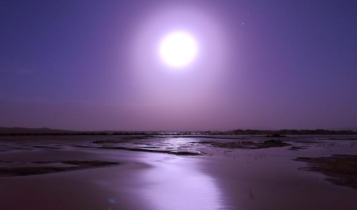 All'improvviso il temporale e le dune sono precedute da un incredibile lago, illuminato dalla luna piena - Merzouga - Marocco